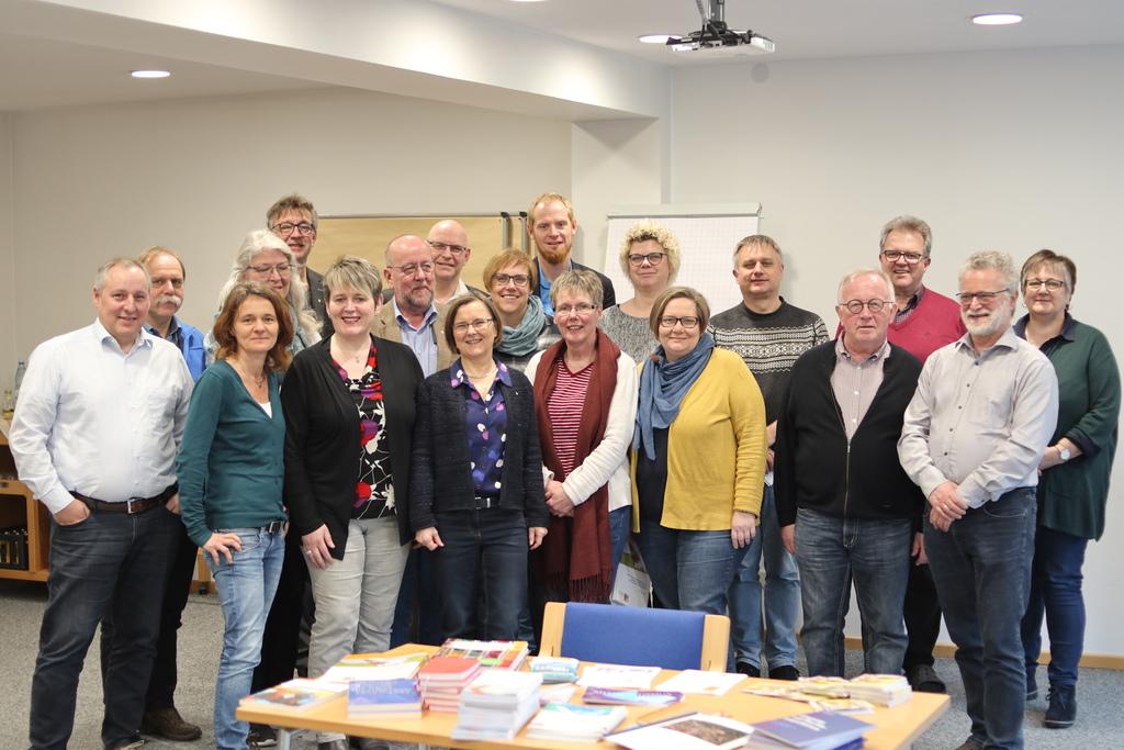 Die Konferenzmitglieder zusammen mit der Geschäftsführerin des VEDD Heidi Albrecht im St. Ansgar-Haus in Hamburg